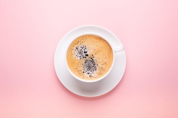 Tazza di caffè sul rosa nero Foto Premium