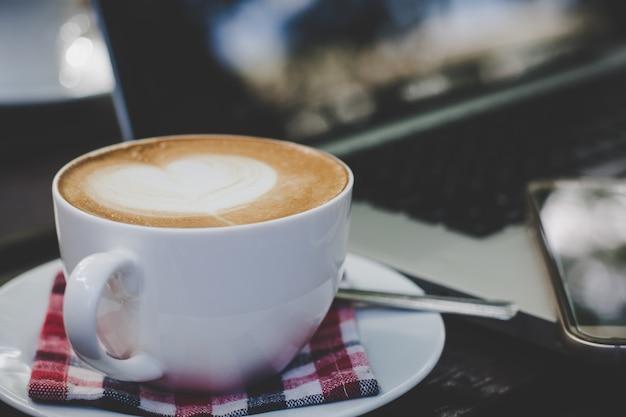 Tazza di caffè sul tavolo al mattino. Foto Premium
