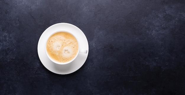 Tazza di caffè sulla bandiera orizzontale di pietra nera Foto Premium