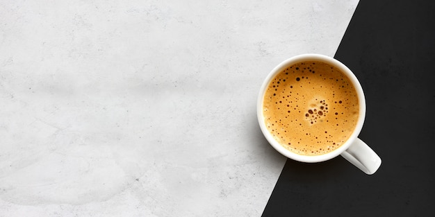 Tazza di caffè sulla parete del tavolo di cemento Foto Premium