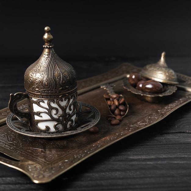 Tazza di caffè turca sul piatto d'argento Foto Gratuite