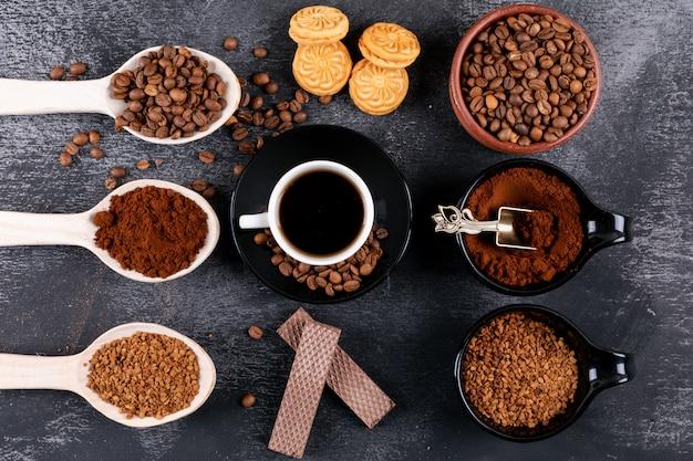 Tazza di caffè vista dall'alto con diversi tipi di caffè sulla superficie scura Foto Gratuite