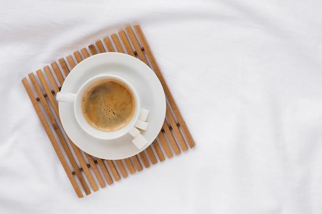 Tazza di caffè vista dall'alto su un vassoio bianco Foto Gratuite