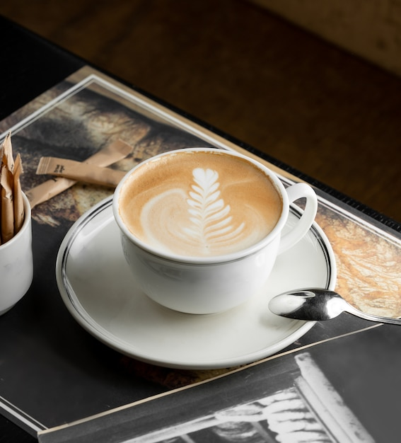 Tazza di cappuccino con rosetta latte art Foto Gratuite