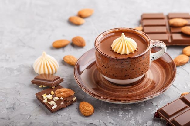 Tazza di cioccolata calda con mandorle Foto Premium