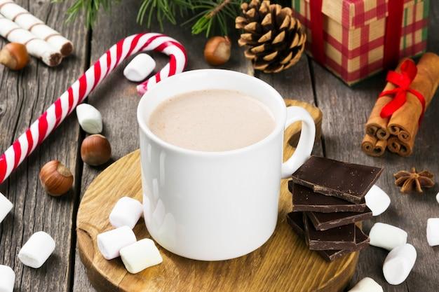 Tazza di cioccolata calda su una superficie scura Foto Premium