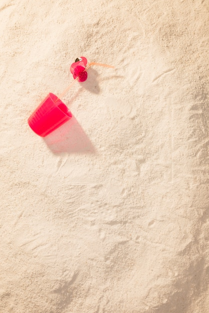Tazza di plastica rossa sulla spiaggia Foto Gratuite