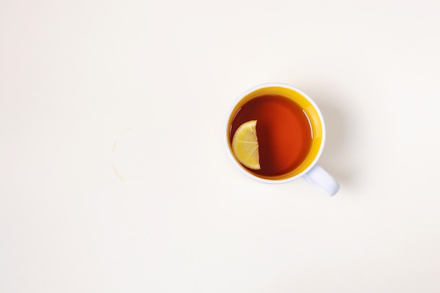 Tazza di tè al limone su uno sfondo beige. Foto Premium