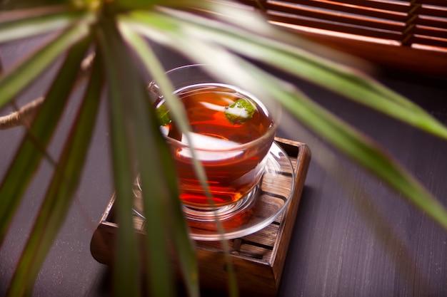 Tazza di tè alla menta su un fondo di legno. Foto Premium