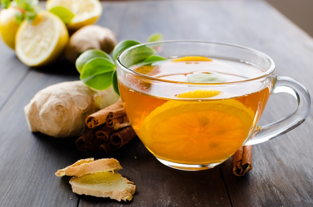 Tazza di tè caldo con limone e zenzero Foto Premium