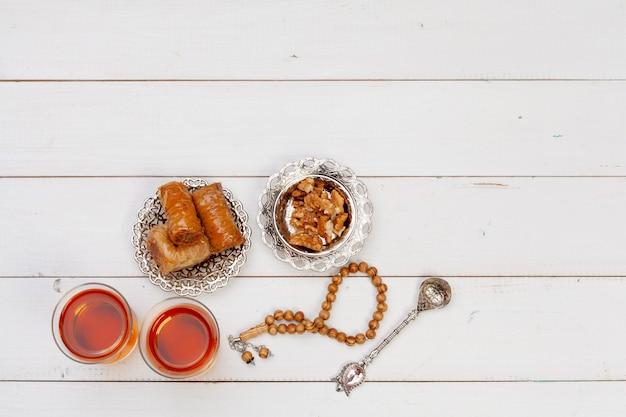 Tazza di tè caldo e un piatto di dolci turchi Foto Premium