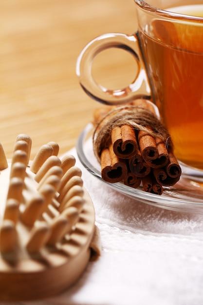 Tazza di tè caldo sull'asciugamano Foto Gratuite