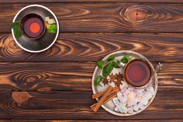 Tazza di tè con delizia turca sul piatto grande Foto Gratuite