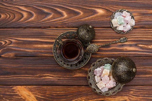Tazza di tè con delizia turca sul tavolo Foto Gratuite