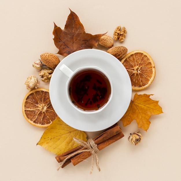 Tazza di tè con fette d'arancia essiccate e foglie Foto Gratuite