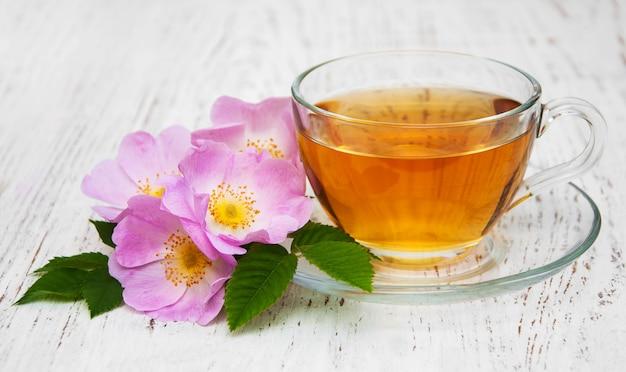 Tazza di tè e rosa canina Foto Premium