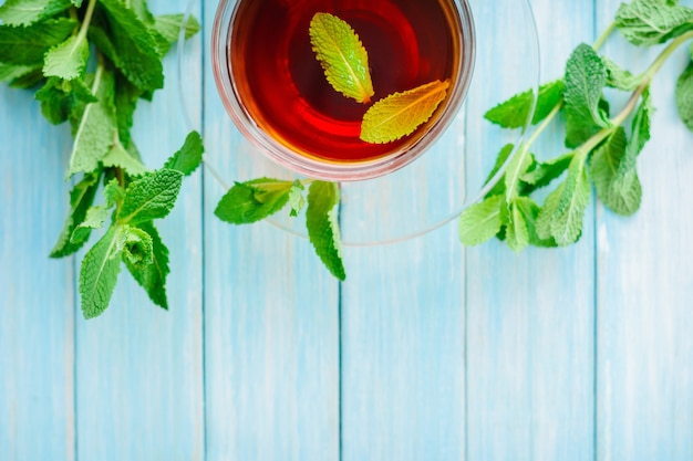 Tazza di tè nero con menta fresca Foto Premium