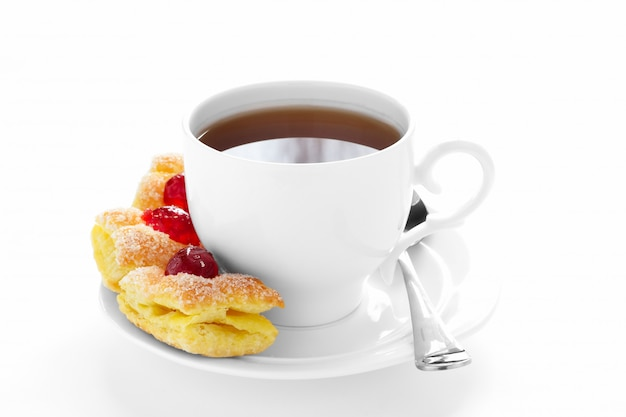 Tazza di tè su un piattino e una torta Foto Premium