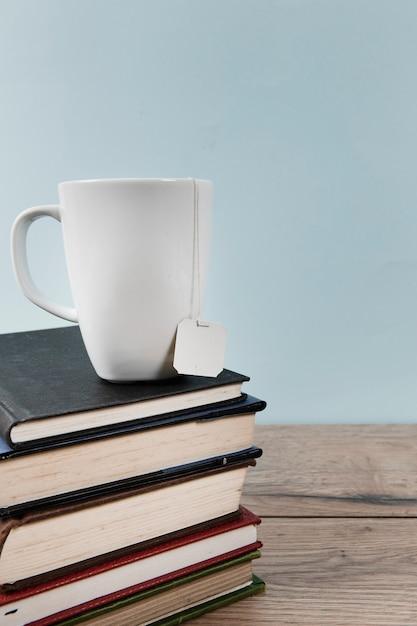 Tazza di tè sui libri con spazio di copia Foto Gratuite