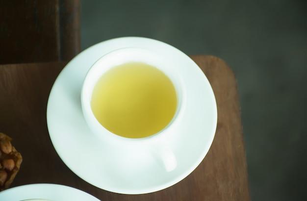 Tazza di tè. tazza di tè sul tavolo di caffè. Foto Premium