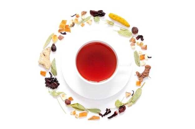 Tazza di tè. tè alle erbe, erbe secche e fiori con pezzi di frutta e bacche. vista dall'alto. Foto Premium