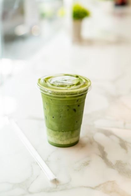 Tazza di tè verde al latte ghiacciato matcha Foto Premium