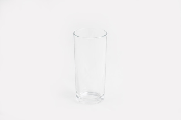 Tazza di vetro trasparente elegante isolata su una parete bianca Foto Gratuite