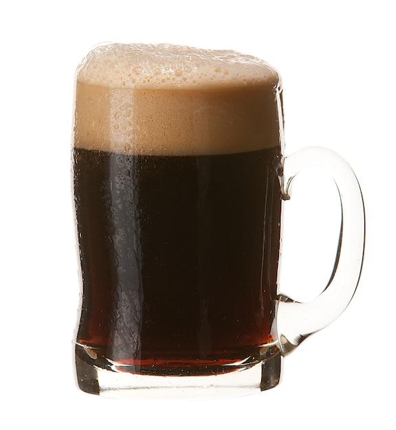 Tazza fredda di birra scura con schiuma isolata su fondo bianco Foto Premium