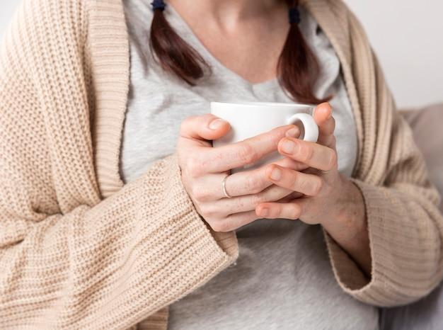 Tazza godente femminile del primo piano di tè Foto Gratuite