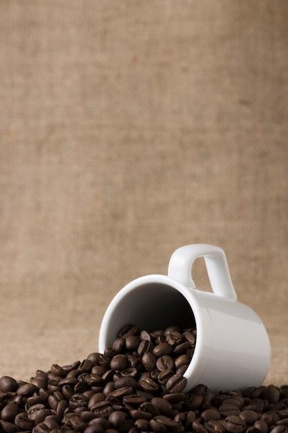 Tazza piena di chicchi di caffè vista frontale Foto Gratuite