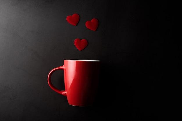 Tazza rossa con cuore, concetto di san valentino Foto Gratuite