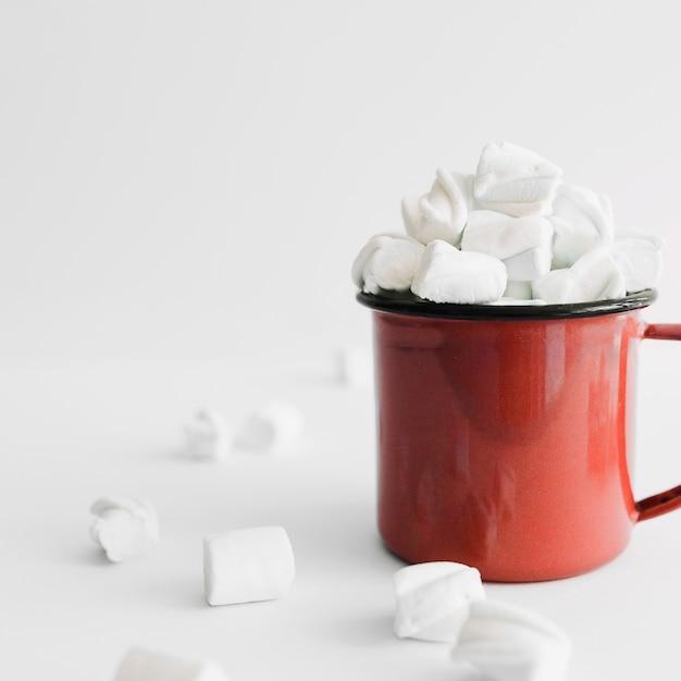 Tazza rossa piena di marshmallows Foto Gratuite