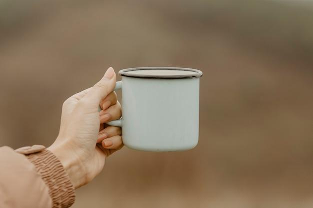 Tazza vista frontale con tè caldo per le pause Foto Gratuite