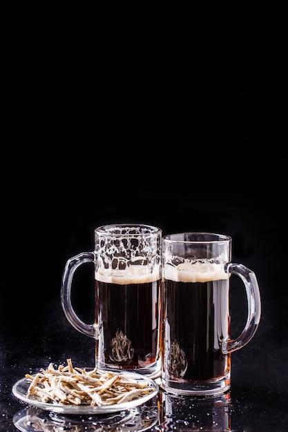 Tazze con birra e acciughe Foto Premium