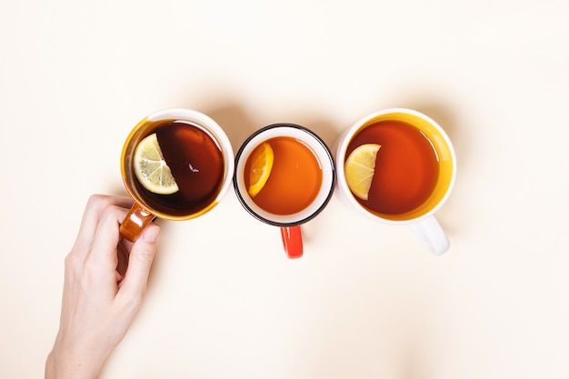 Tazze con tè al limone su uno sfondo beige. Foto Premium
