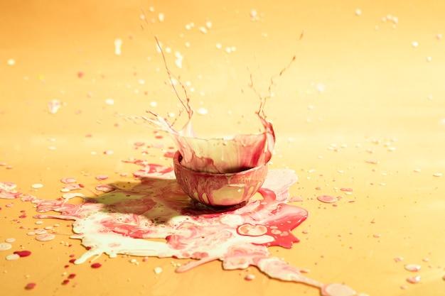 Tazzina con sfondo misto vernice astratta Foto Gratuite