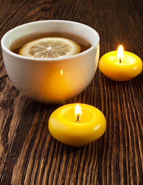 Tè caldo con limone e candela Foto Premium