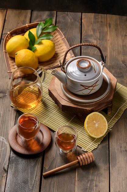 Tè caldo con limone e miele naturale Foto Premium