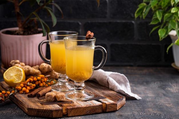 Tè caldo sano dell'olivello spinoso Foto Premium