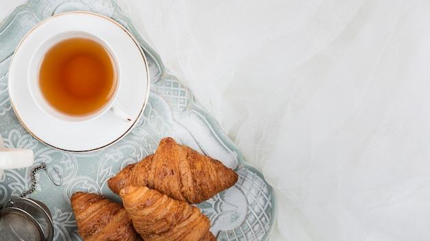 Tè con cornetti in piano Foto Gratuite