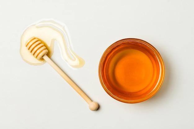 Tè con vista dall'alto con cucchiaio e macchia di miele Foto Gratuite