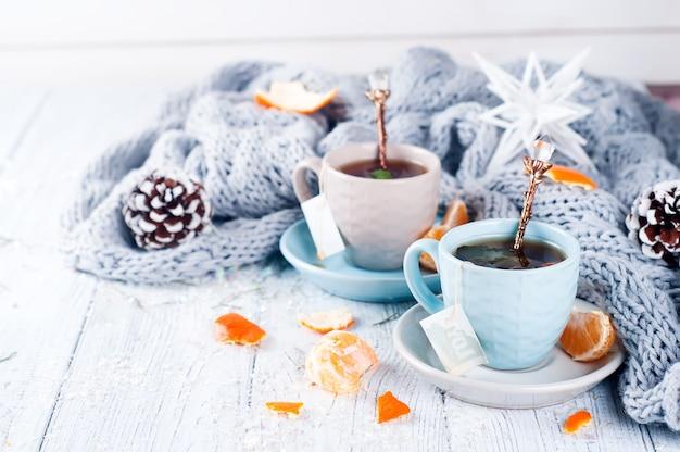 Tè delle bevande invernali tradizionali con menta e mandarino. Foto Premium