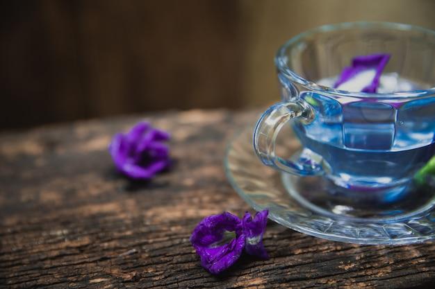 Tè di fiori di piccioni asiatici pisello di farfalla fiori di pisello pisello blu per bere sano sul legno Foto Premium