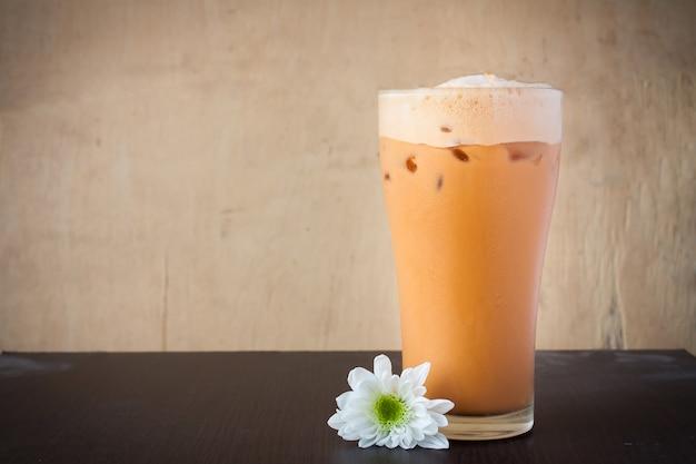 Tè freddo al latte sul tavolo Foto Premium