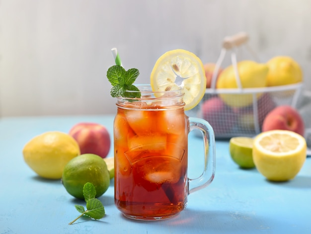 Tè freddo con limoni, lime e menta con cubetti di ghiaccio, bevanda estiva rinfrescante Foto Premium