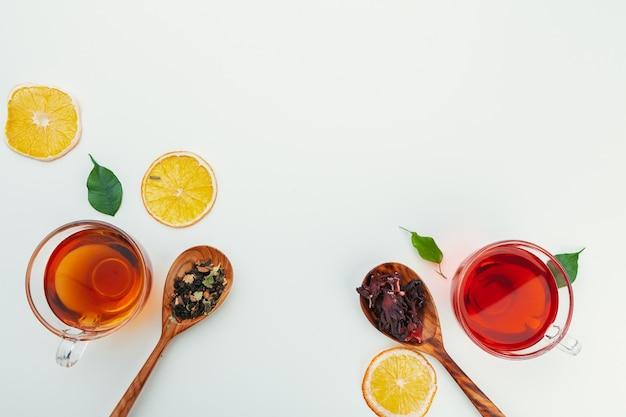 Tè in una tazza di vetro con spezie ed erbe aromatiche. vista dall'alto sullo sfondo Foto Premium