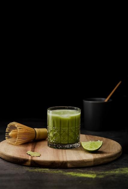 Tè matcha in vetro con lime e copia spazio Foto Gratuite