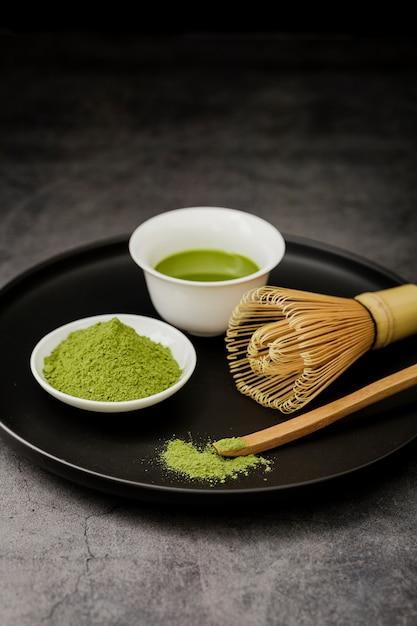 Tè matcha su piastra con frusta in bambù Foto Gratuite