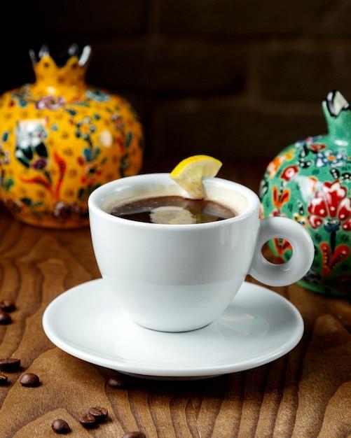 Tè nero al limone in una tazza Foto Gratuite