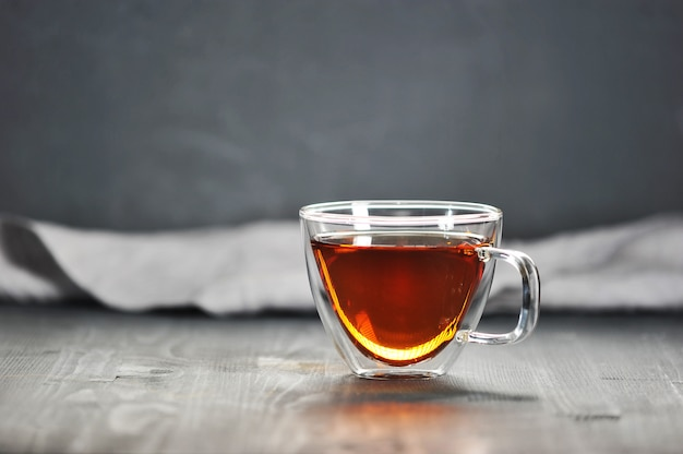 Tè nero del mattino in una tazza trasparente Foto Premium